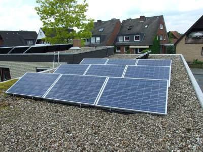 Kleines Flachdach mit Photovoltaik Modulen