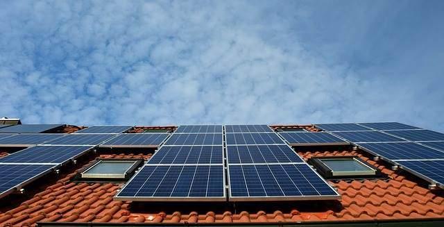 Photovoltaikanlage auf dem Dach eines Hauses in Deutschland