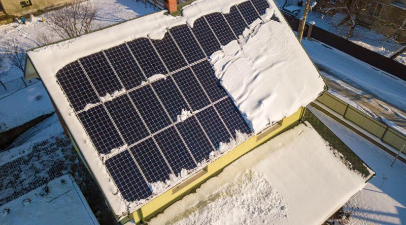 phoovoltaik bei schnee frost regen wolken